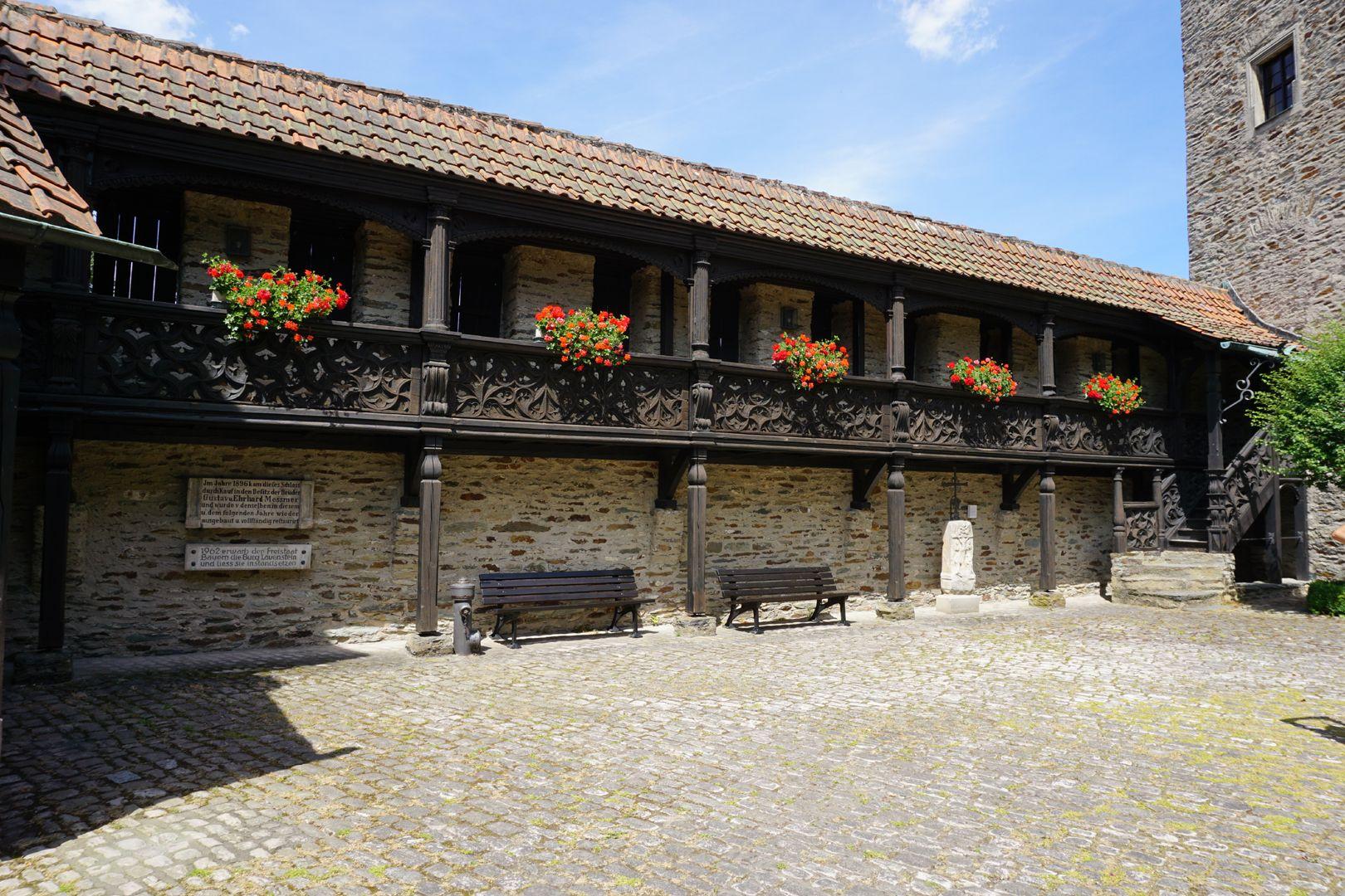 Nachgotische Holzgalerie aus Nürnberg Burghof nach Norden. Die Nürnberger Galerien wurden funktionswidrig am Wehrgang angebracht. Dabei wurden die unteren Holzständer verkürzt.