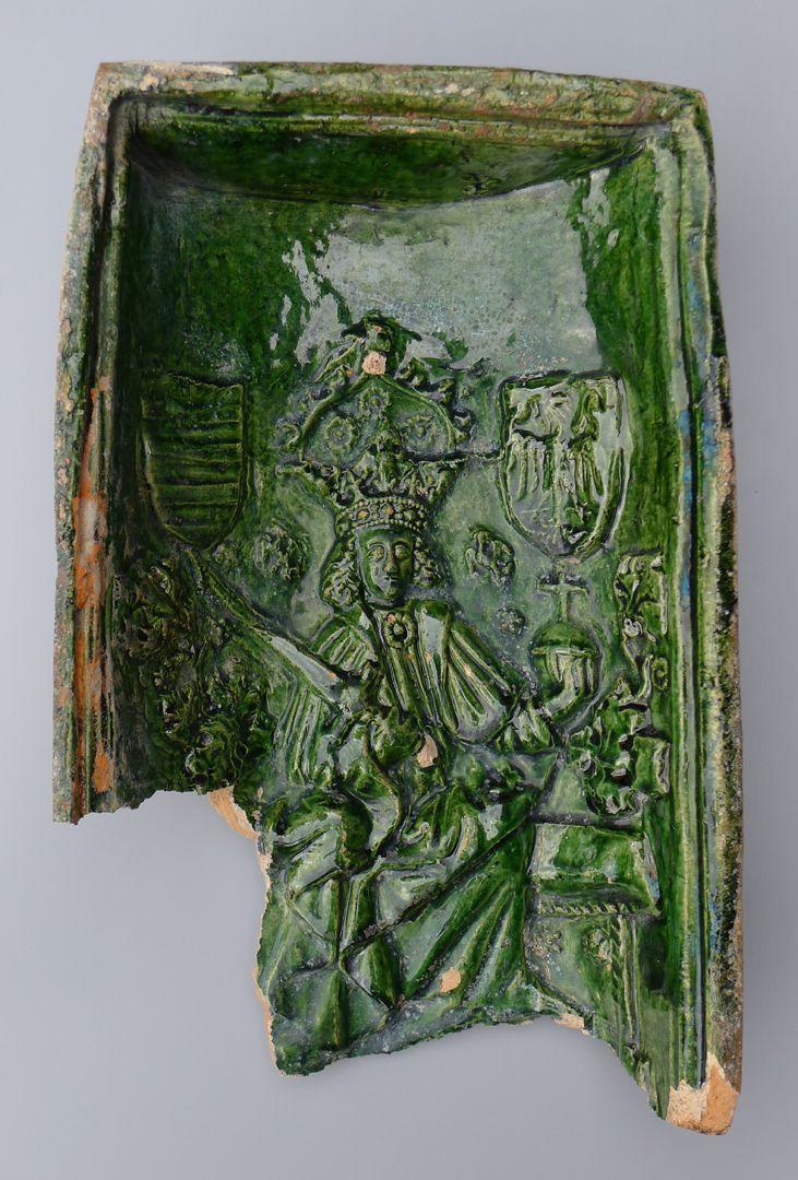 Maria, St. Georg und Friedrich III. (Prunkkachelofen) Kachelfragment mit dem thronenden Kaiser