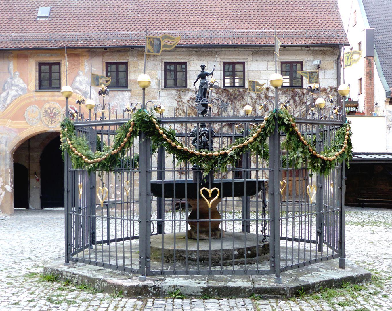 Athene-Brunnen Brunnen, Gesamtansicht in Richtung Pedellhaus