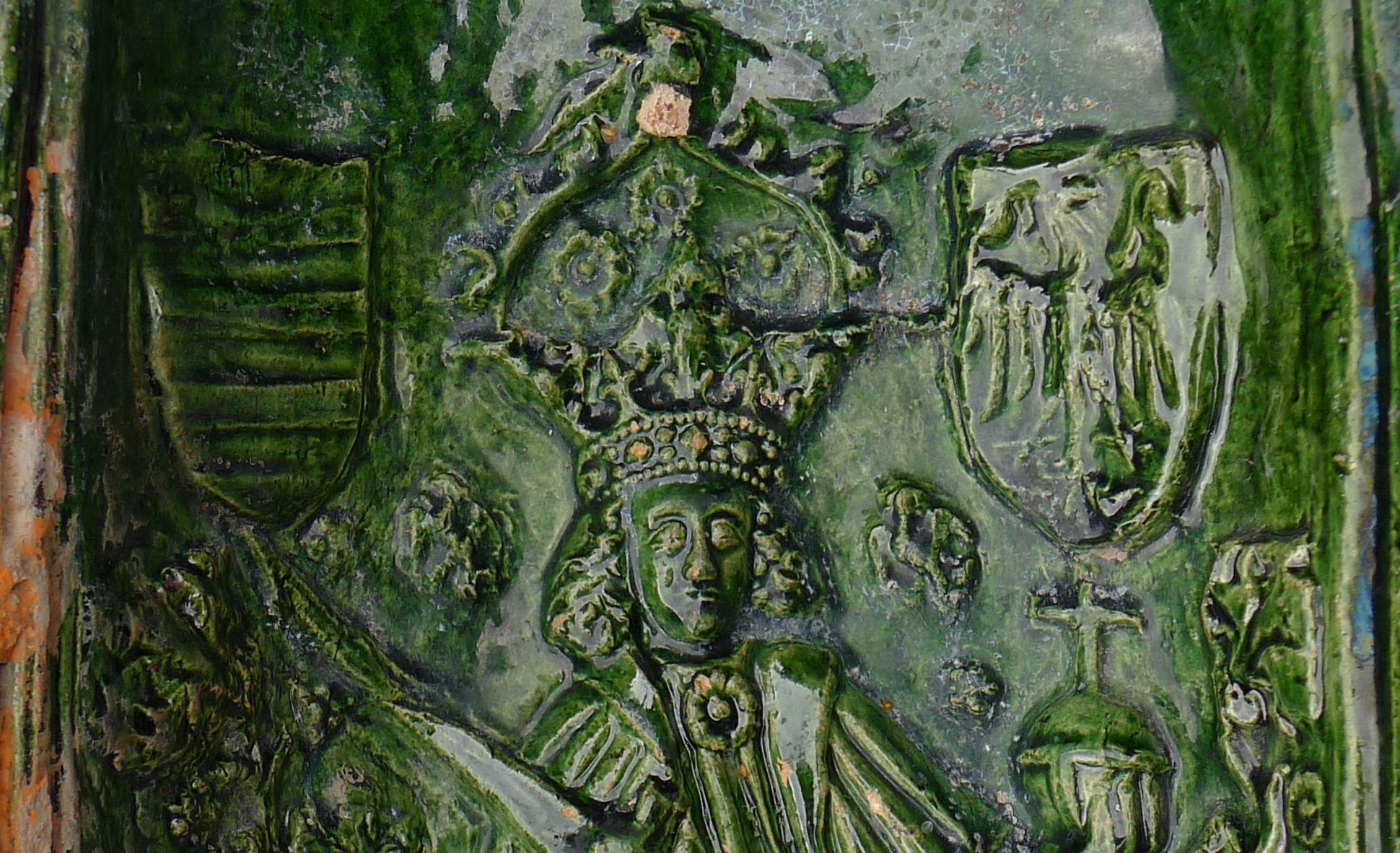 Maria, St. Georg und Friedrich III. (Prunkkachelofen) Detail, Kaiser zwischen dem Reichs- und Ungarnwappen