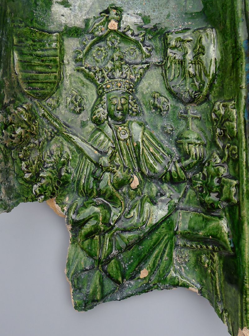 Maria, St. Georg und Friedrich III. (Prunkkachelofen) Kachelfragment mit dem thronenden Kaiser, Nahaufnahme