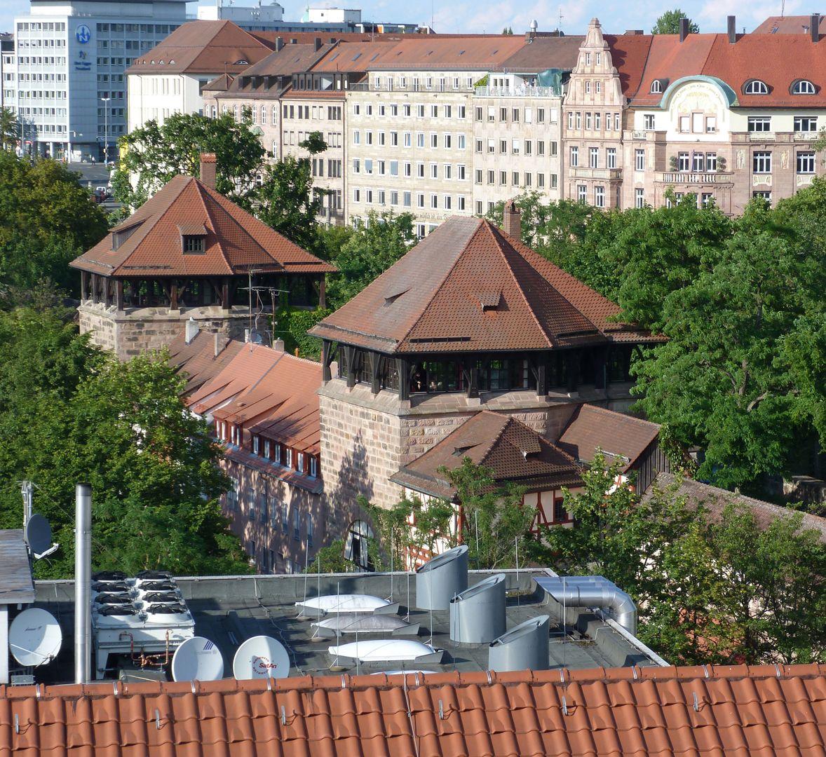 Wehrturm (Schwarz Z) Hintere Turm: Krakauer Haus; vorderer Turm: Wehrturm Blau A (Hintere Insel Schütt 20), Wiederaufbau mit Fachwerkanbau 1979/80 durch eine Stiftung der Firma Diehl