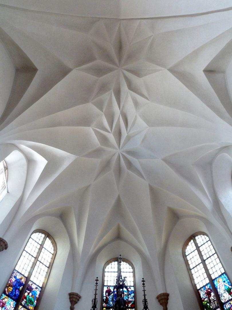 Friedenskirche Chorraum, Blick auf das Zellengewölbe. Im Zweiten Weltkrieg brannte das Langhaus ab, der Chor blieb im Originalzustand erhalten