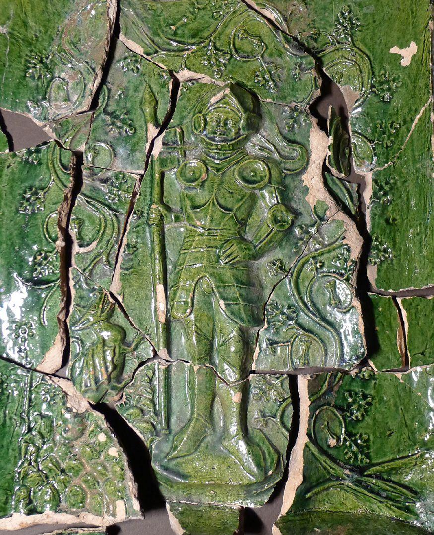 Maria, St. Georg und Friedrich III. (Prunkkachelofen) Kachelfragmente mit dem heiligen Georg und dem Drachen, Nahaufnahme