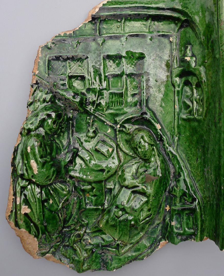 Maria, St. Georg und Friedrich III. (Prunkkachelofen) Kachelfragment mit der Verkündigung an Maria in einem Interieur nach Robert Campin, Nahaufnahme