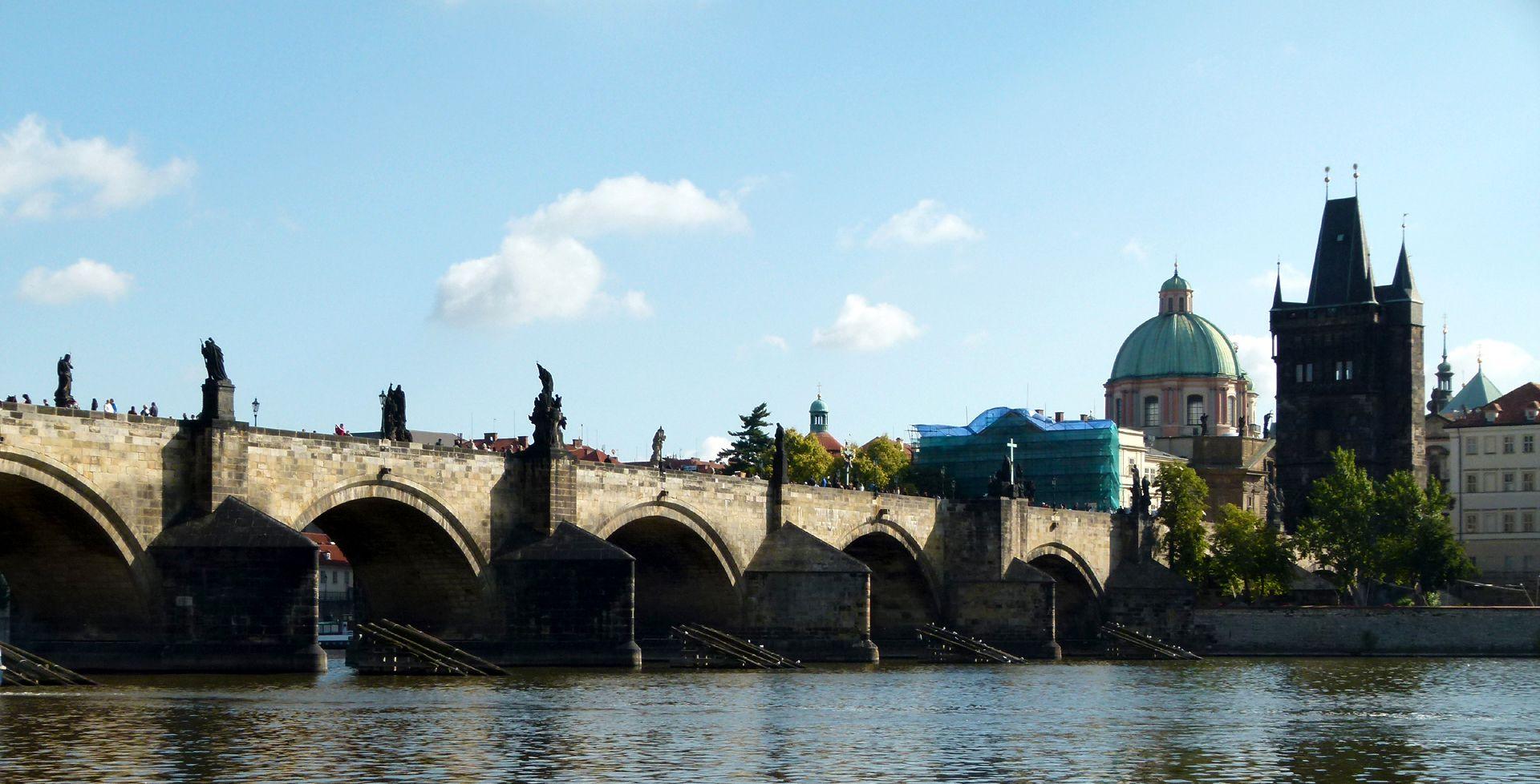 Prag, Karlsbrücke Karlsbrücke von S mit Altstädter Brückenturm