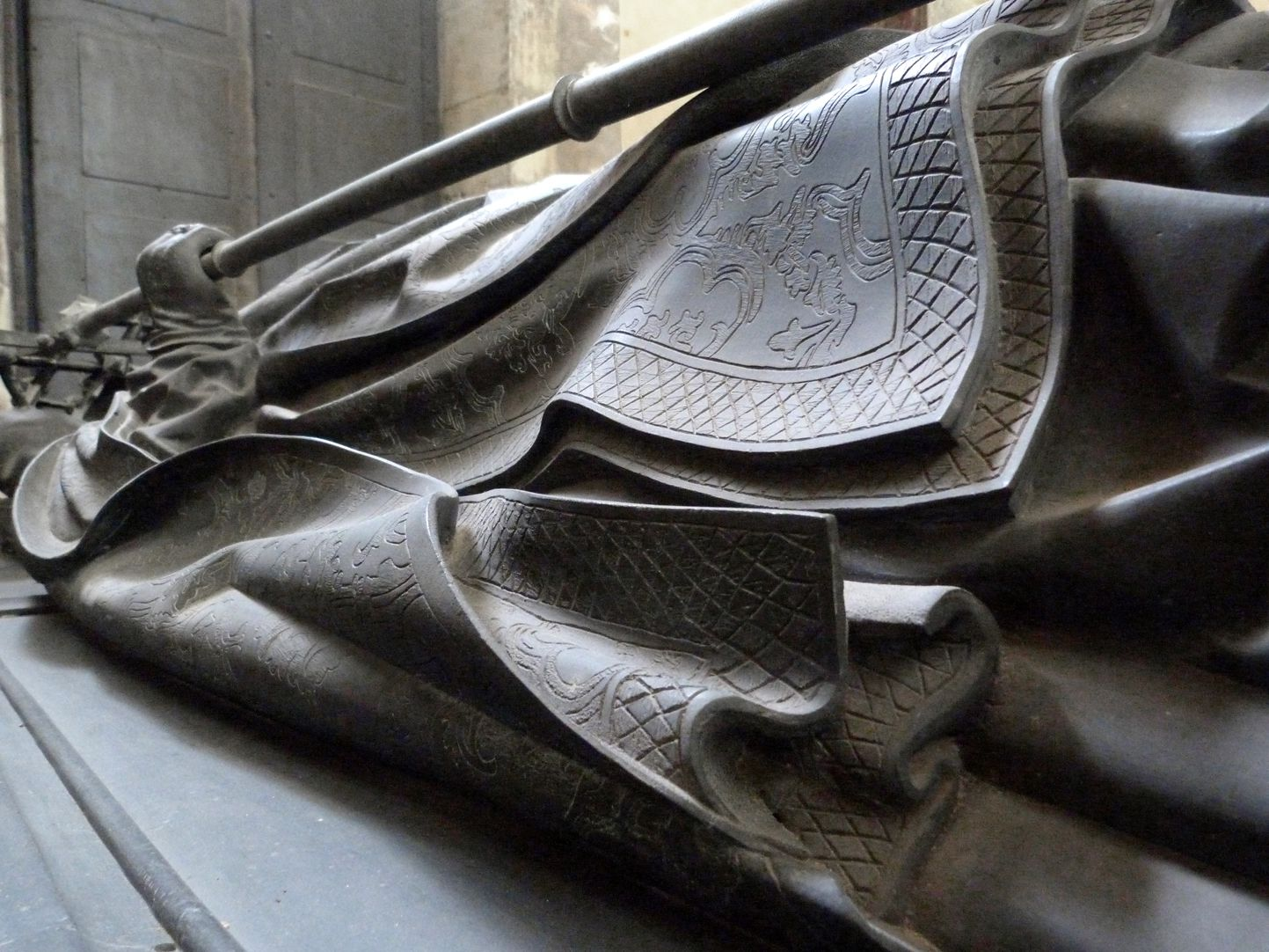 Tumba des Erzbischofs Ernst von Sachsen Bischofsmantel, Detail der Faltenführung
