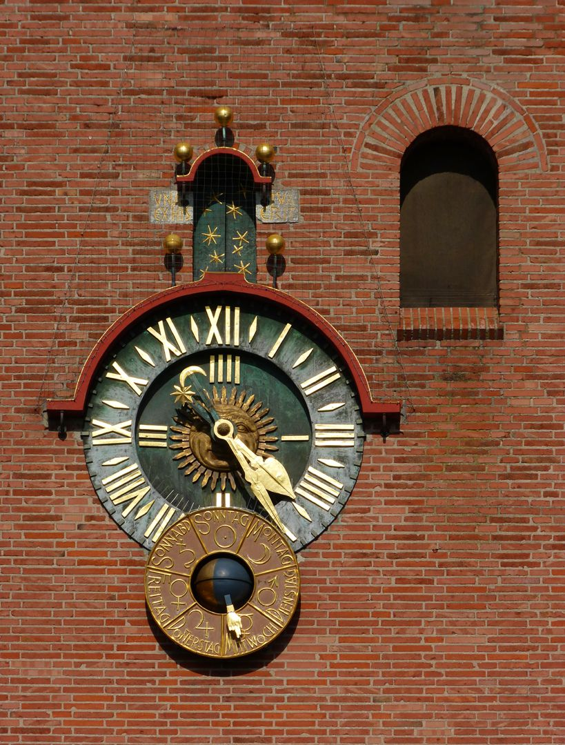 Melanchthonkirche Zifferblatt und Scheibe mit Wochentag und Mondphasen