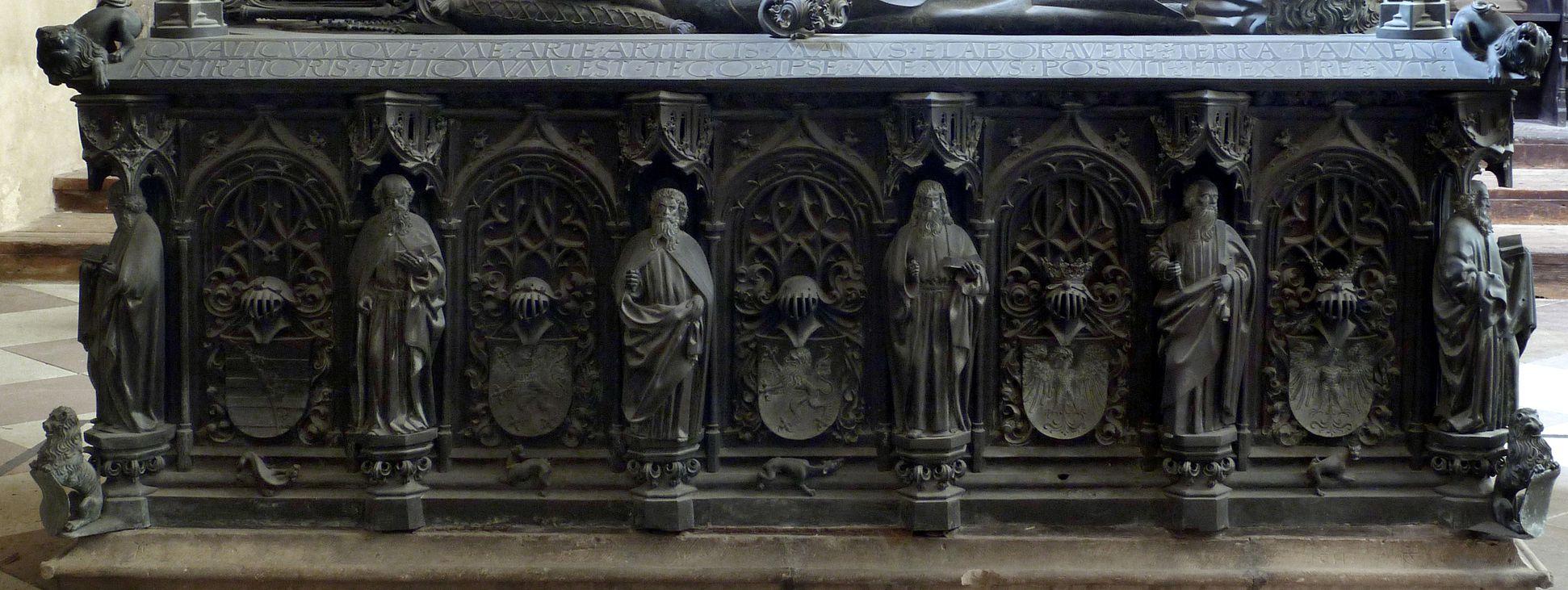 Tumba des Erzbischofs Ernst von Sachsen Tumba von Süd mit Apostel- bzw. Wappenreihe