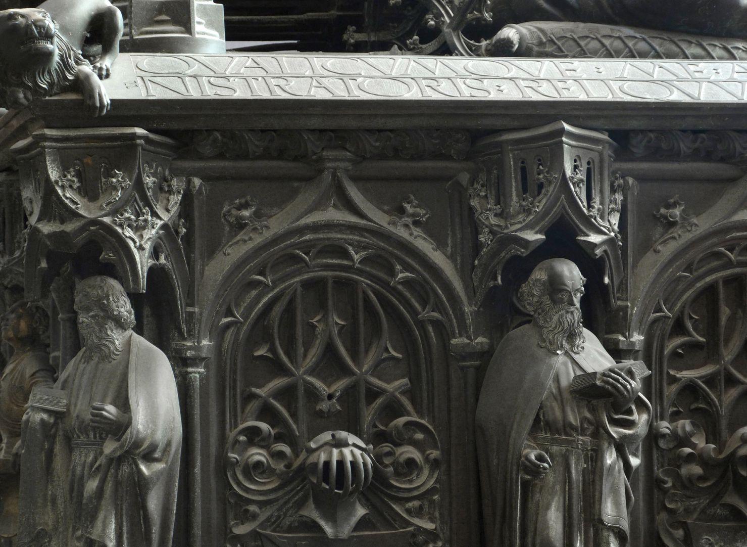 Tumba des Erzbischofs Ernst von Sachsen Detail zweier Apostel mit Baldachinen und Blendmaßwerknischen