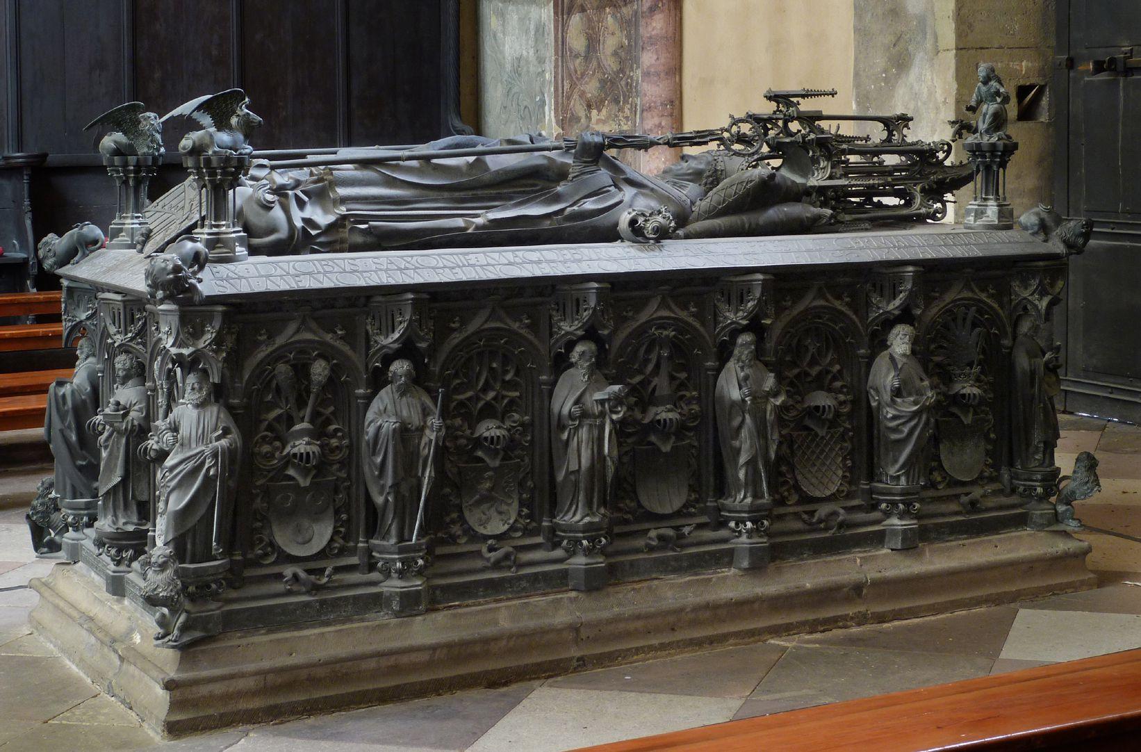 Tumba des Erzbischofs Ernst von Sachsen Schrägansicht von Nordost