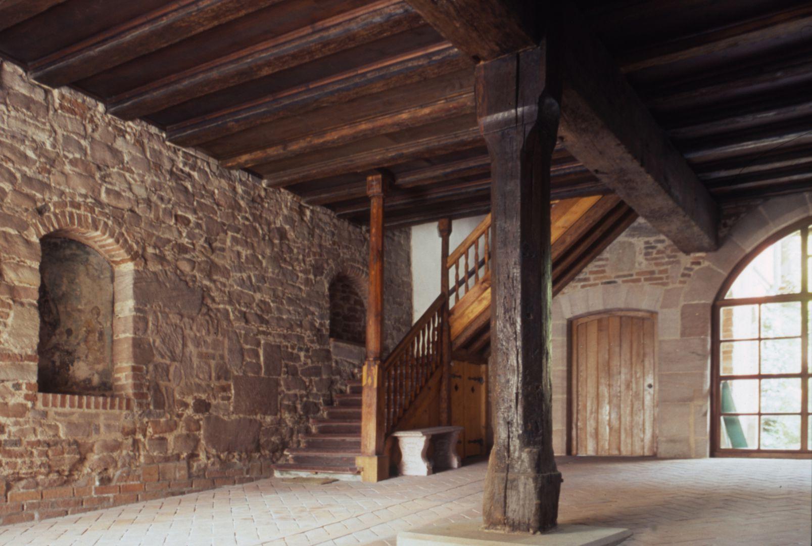 Haus Obere Krämersgasse 12 (Privatbesitz, nicht zu besichtigen) Einfahrtshalle (Tenne). Die Durchfahrt zum Hof erfolgte diagonal.Der Treppenaufgang befand sich von Anbeginn an derselben Stelle.