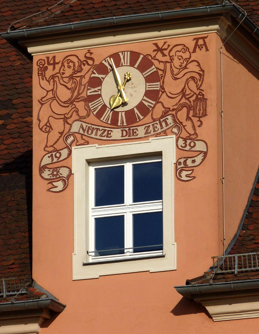 Konrad-Groß-Schule Zwerchhaus mit Uhr
