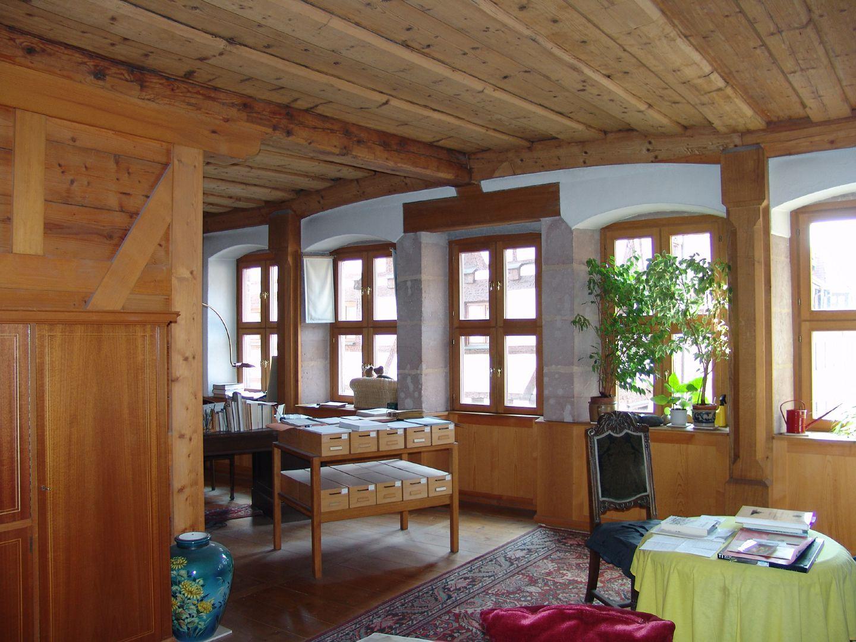 Haus Obere Krämersgasse 12 (Privatbesitz, nicht zu besichtigen) Großer Raum von 50qm im ersten OG mit der freigelegten gotischen gewölbten Bohlenbalkendecke und der im Barock vereinheitlichten Fensterhöhe (zu dem selben Zeitpunkt wurde eine flache Barockdecke unterhalb der gotischen eingezogen).