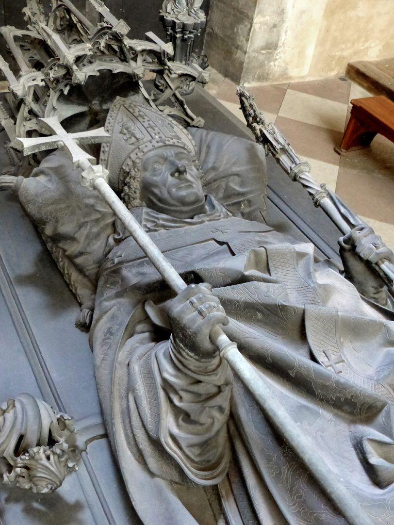 Tumba des Erzbischofs Ernst von Sachsen Schrägansicht der Grabplatte mit der vollplastischen Darstellung des Ernst von Sachsen
