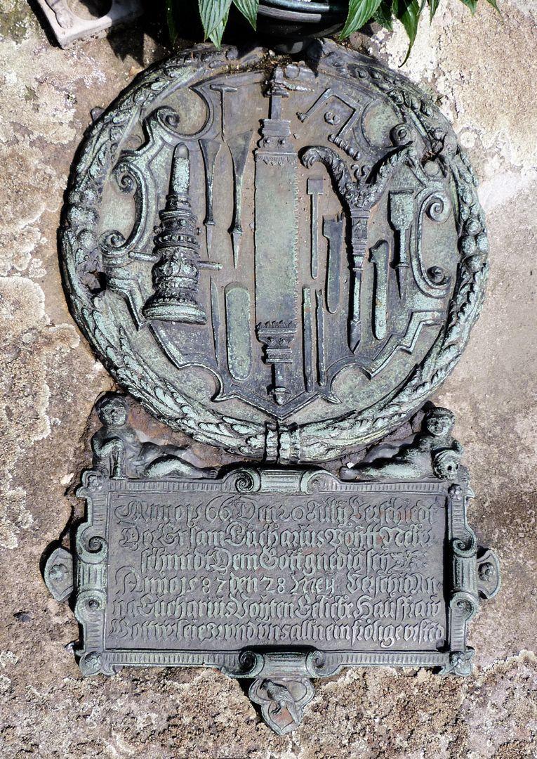 Rochusfriedhof<p>Eucharius Voyt war Neberschmied.</p><p><br>Die dargestellten Bohrer sind Produkte seiner Schmiede.</p><p><br></p><p>Inschrift: <br>Anno 1566. Den 20 Julij Verschiedt / Der Ersam Eucharius Voytt Neber-/<br>schmidt Dem Gott gnedig sey. / Anno 1587 den 28. Mey: Verschid An- / na Eucharius<br>Voyten Eeliche Hausfraw / Gott verleie Jr vnd vns alln ein frölige vrste(n)d //<br><br></p><p>Zuschreibung der Werkzeuge und Inschrift nach Andreas Strohmeyer in</p><p>St. Rochuskirchhof Epitaphien /Bürgerverein St. Johannis / 1989</p><p><br></p><p>siehe weitere Details: <a href=