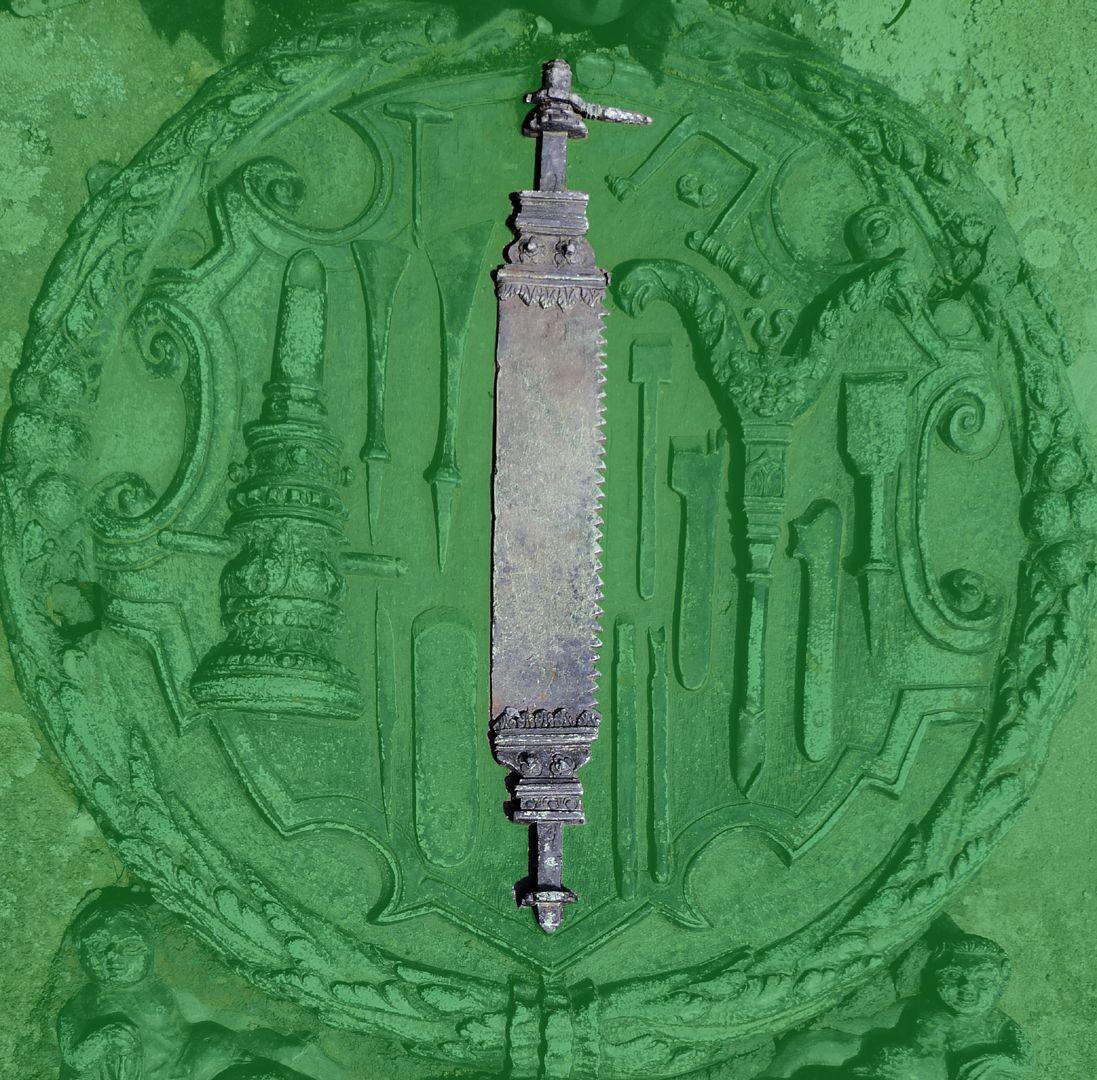 Epitaph des Eucharius Voytt Sägeblatt mit profilierten Enden zum Befestigen in den Handgriffen des Sägebogens