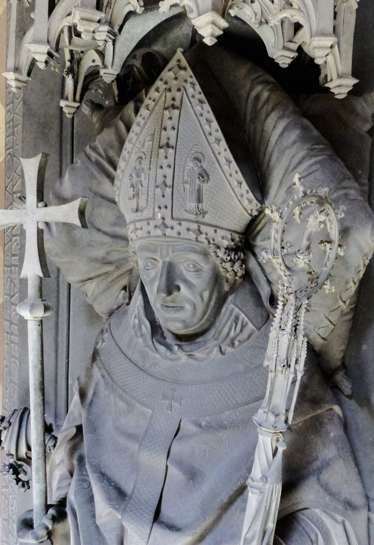 Tumba des Erzbischofs Ernst von Sachsen Der Bischof mit Mitra, Stab und Kreuzzepter