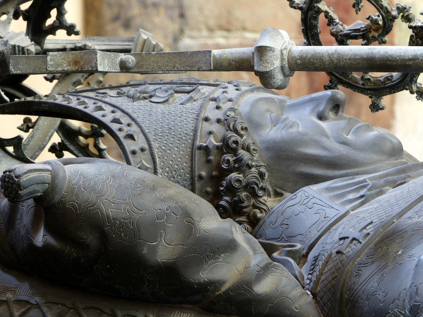 Tumba des Erzbischofs Ernst von Sachsen Das liegende Bischofshaupt von Süd