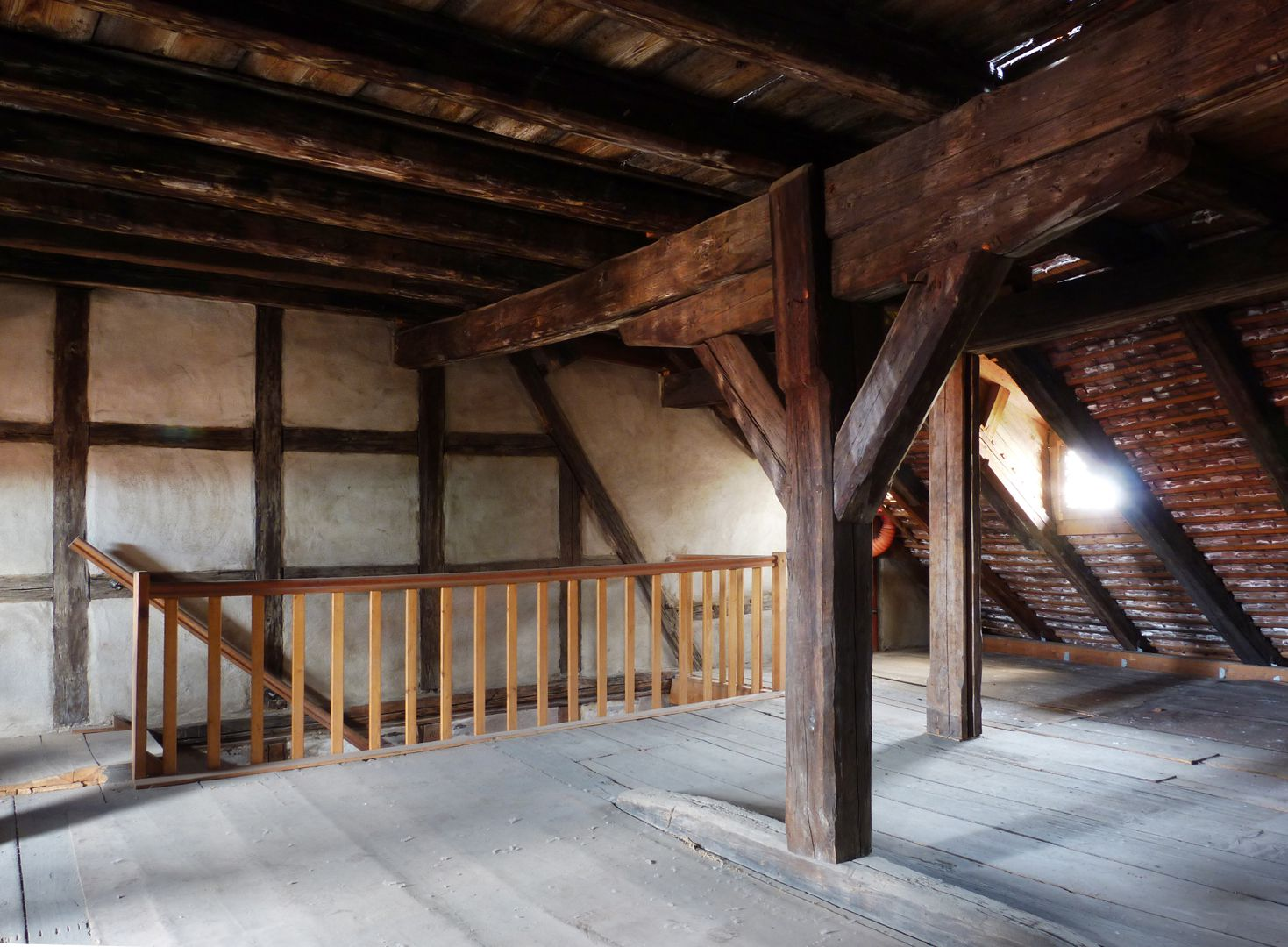 Haus Obere Krämersgasse 12 (Privatbesitz, nicht zu besichtigen) Dachgeschoss, links der Sparren von 1399 in der späteren Wand. Sonstige Dacherweiterung nach 1596.