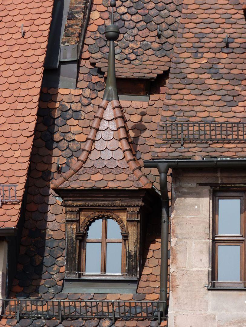 Haus Obere Krämersgasse 12 (Privatbesitz, nicht zu besichtigen) Freigelegte Gaube von ca. 1600 mit 1990 wiederhergestellter Spitze, darüber Wengerlein.