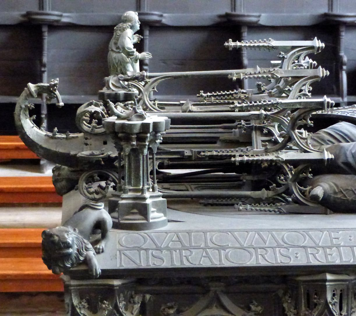 Tumba des Erzbischofs Ernst von Sachsen liegendes Baldachin