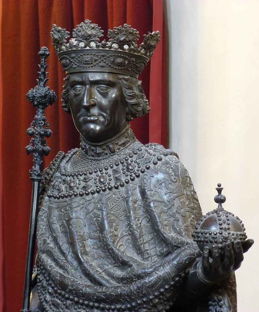 Albrecht I. (Innsbruck) Oberkörper, Schrägansicht mit Weltapfel und Zepter