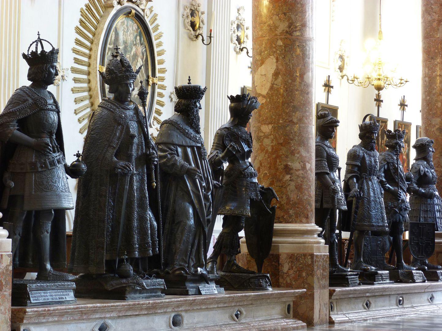 Albrecht II. (Innsbruck) Männerseite rechts des Maximilian-Kenotaphs: Erster von links König Albrecht II.
