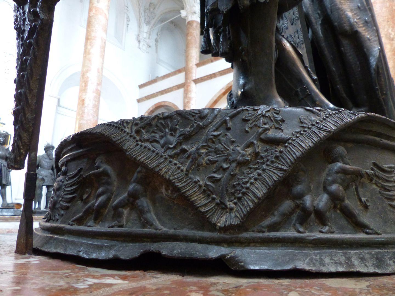 Albrecht von Habsburg (Innsbruck) Sockel mit Puttipaaren