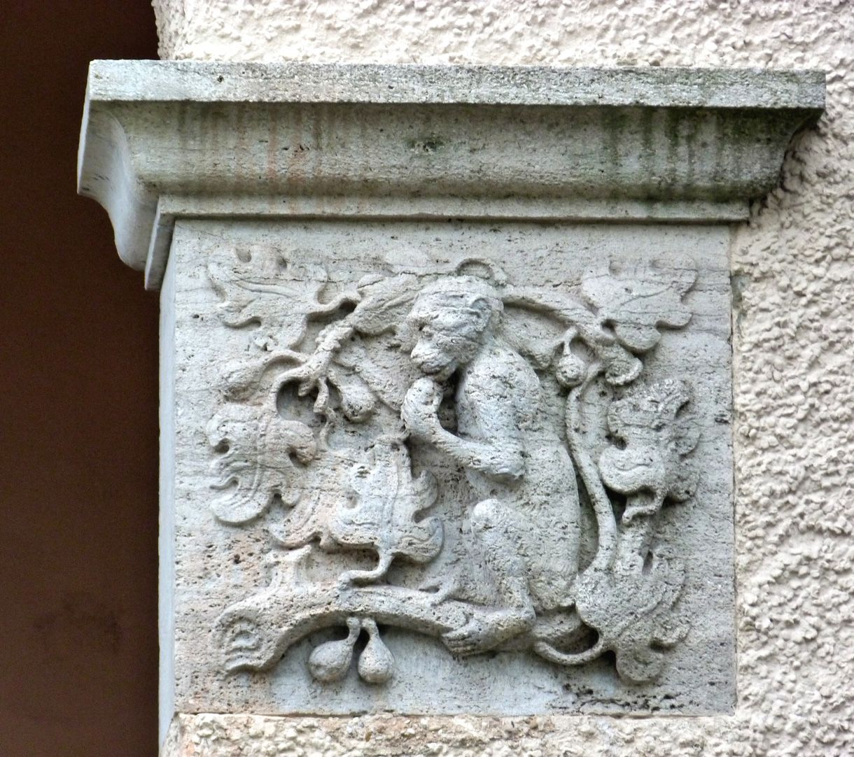 Georg-Paul-Amberger-Schule Eckbau, Eingang, Kämpferrelief