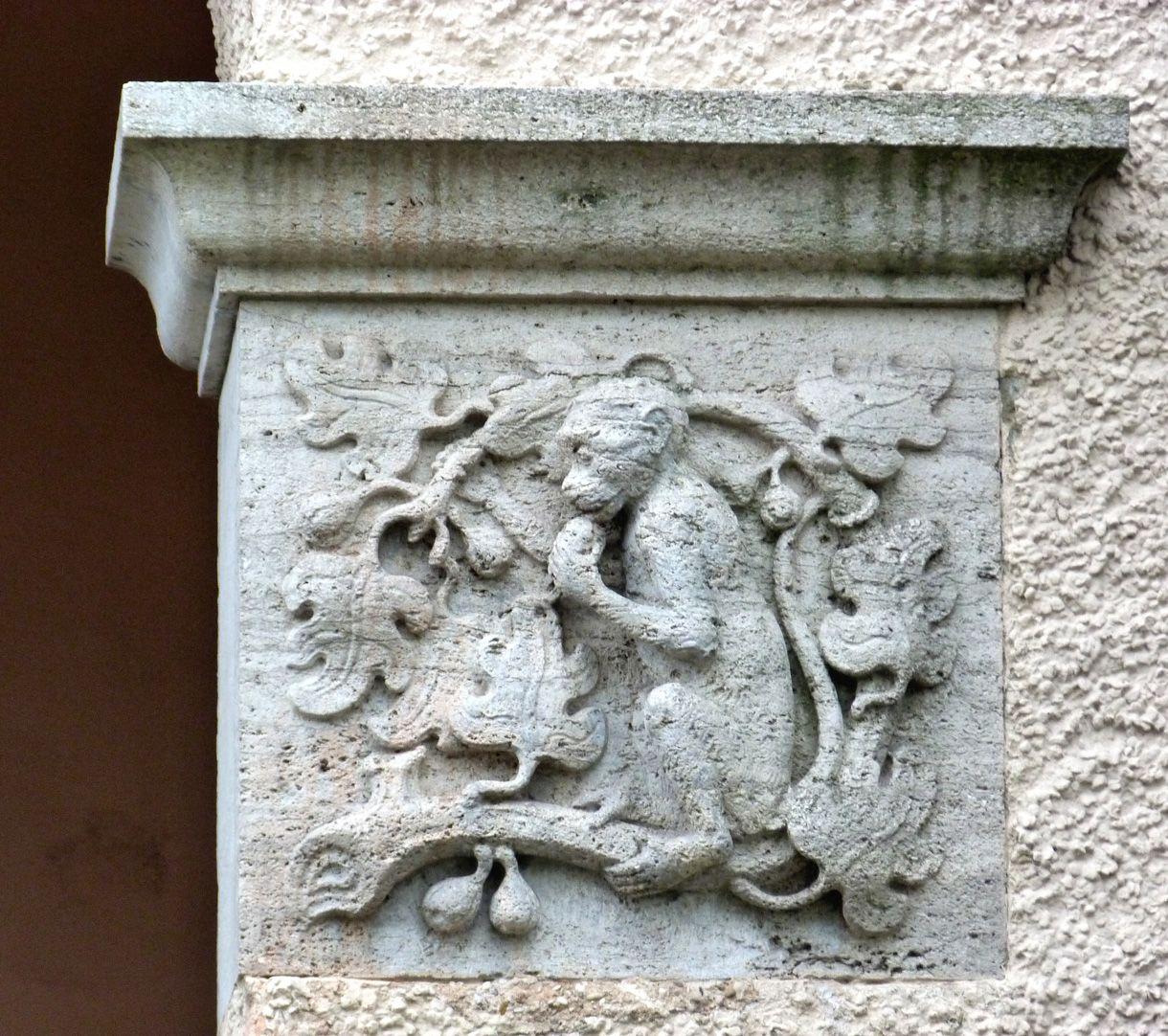 Georg-Paul-Amberger-Schule Eckbau, Eingang, Kämpferrelief