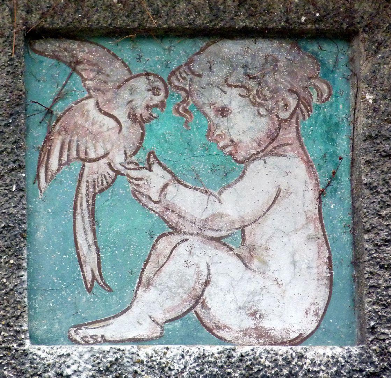 Georg-Paul-Amberger-Schule Mittelpavillon, Schmuckplatte, Kind mit Papagei