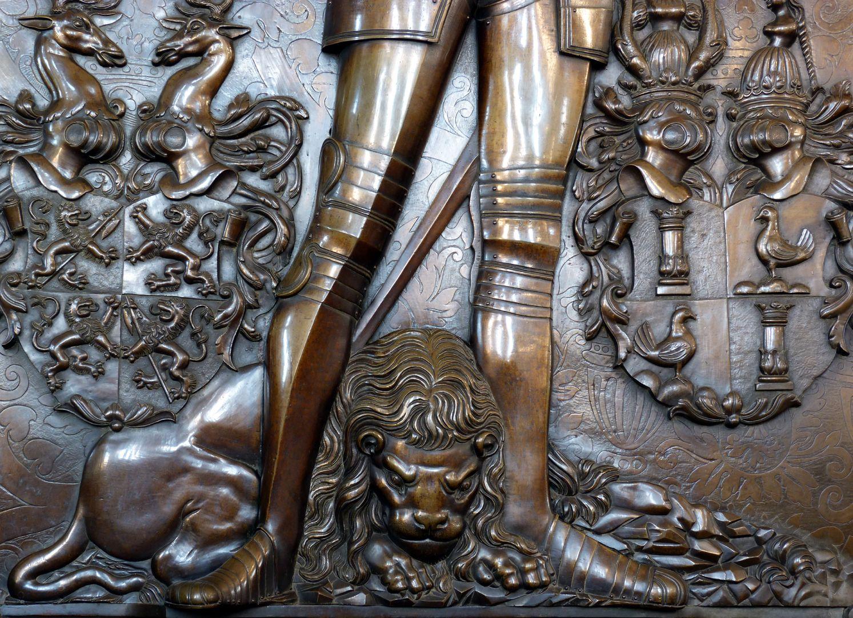 Epitaph des Gottfried Werner Graf von Zimmern (Meßkirch, Baden-Württemberg) Über dem Löwen stehende Figur, links Wappen Zimmern, rechts Wappen Henneberg