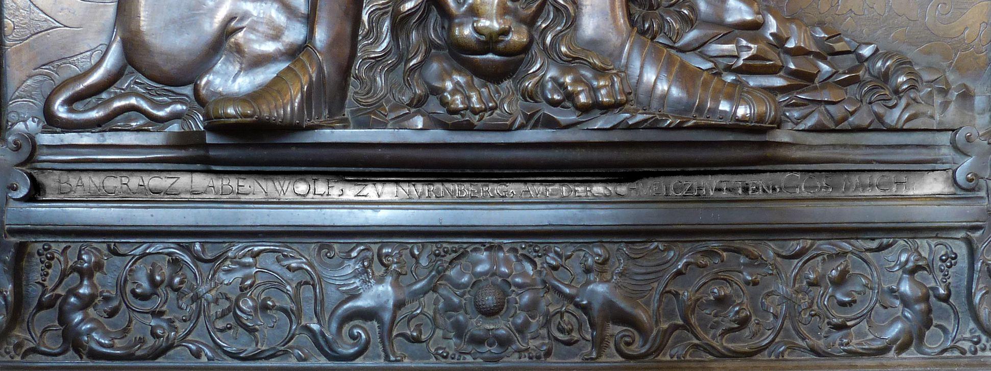 """Epitaph des Gottfried Werner Graf von Zimmern (Meßkirch, Baden-Württemberg) unterer Plattenrand mit Inschrift: """"BANGRACZ LABENWOLF, ZV NVRNBERG, AVF DER SCHMELCZHVETTEN, GOS MICH"""""""
