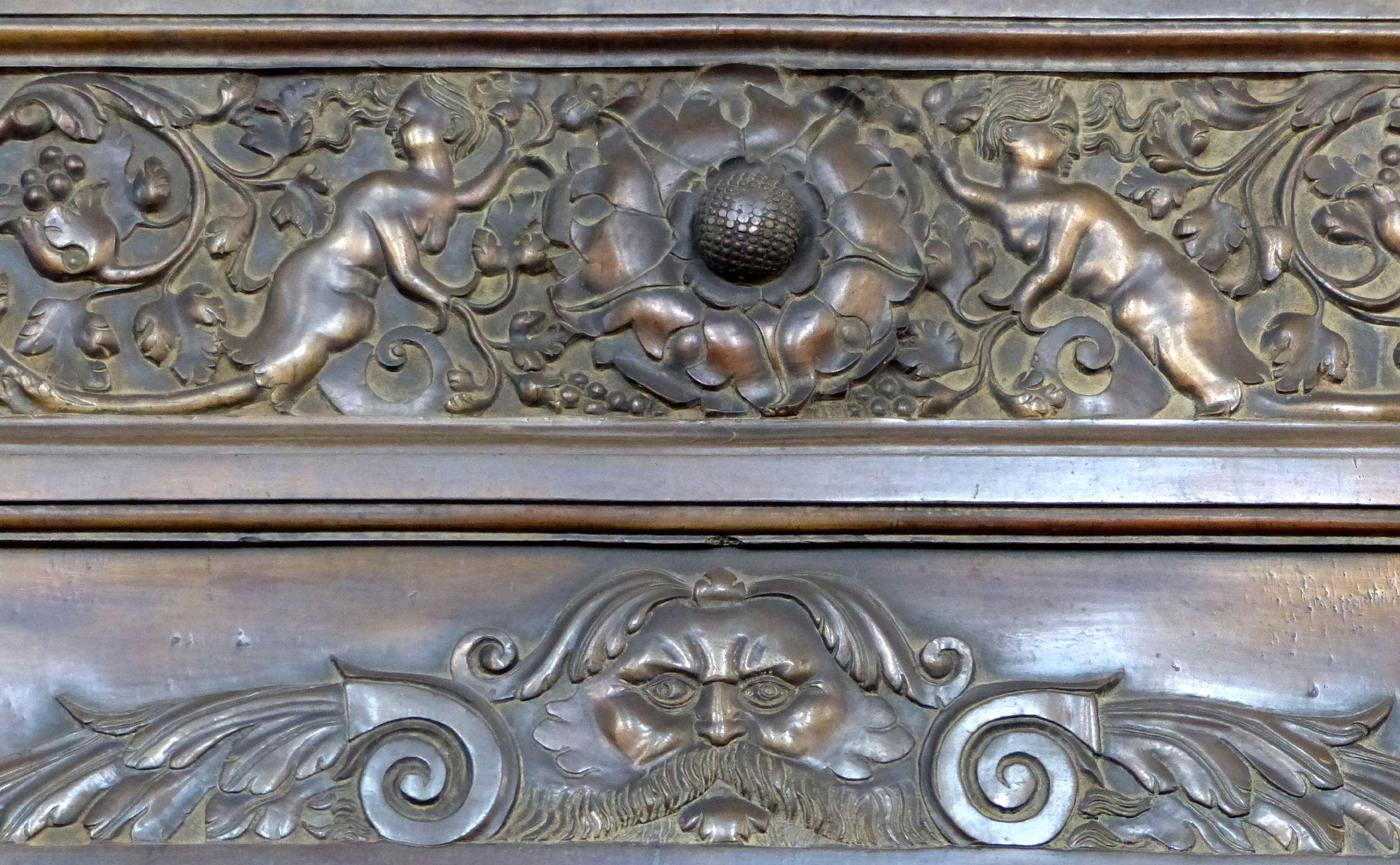 Epitaph des Gottfried Werner Graf von Zimmern (Meßkirch, Baden-Württemberg) Mittelteil des oberen Plattenrandes mit Grotteschi und Maske