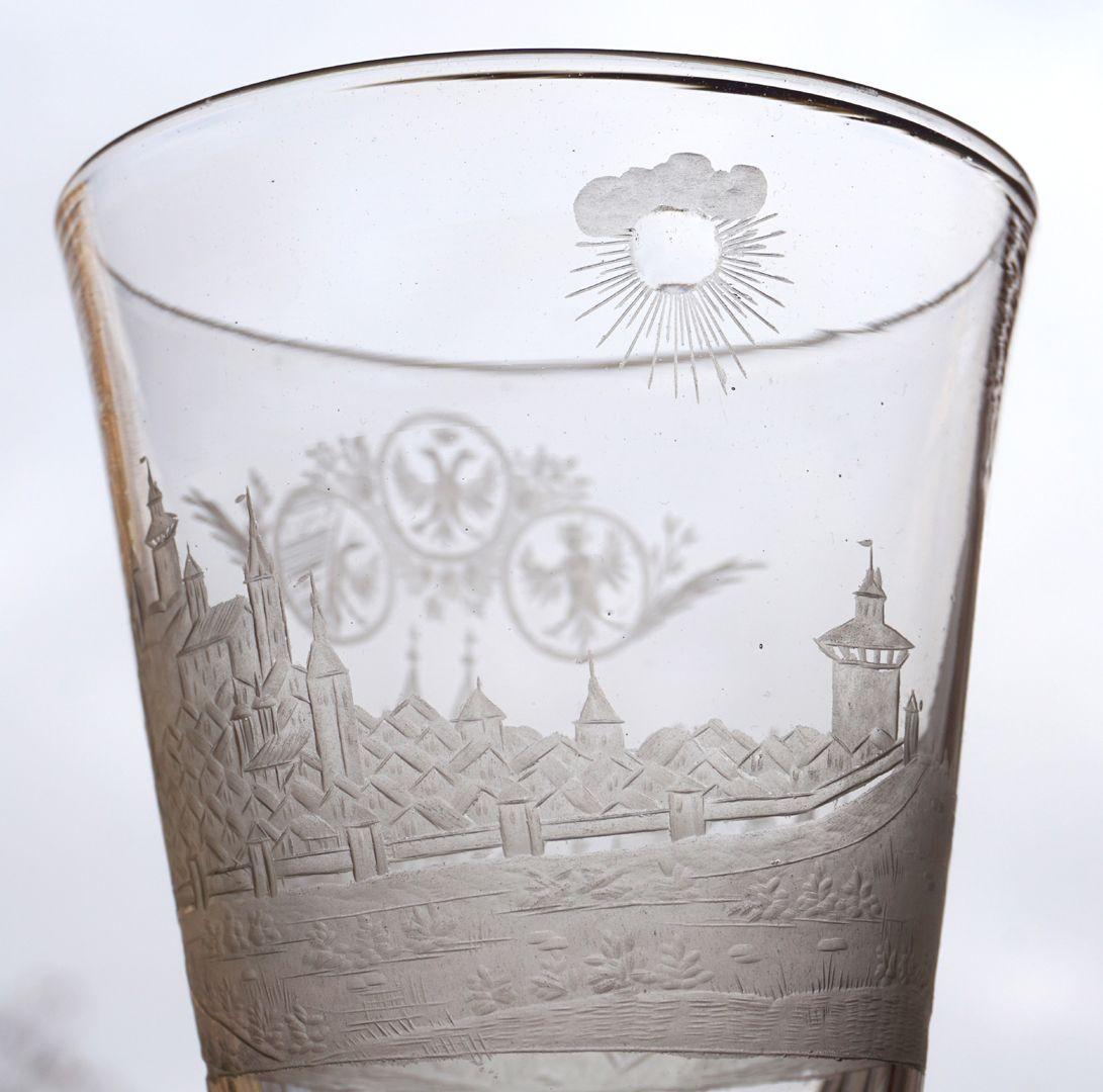Barocker Glaspokal mit Nürnberg-Panorama links unterhalb der Burg Sankt Egidien mit dem Laufer Schlagturm, rechts Laufer Torturm