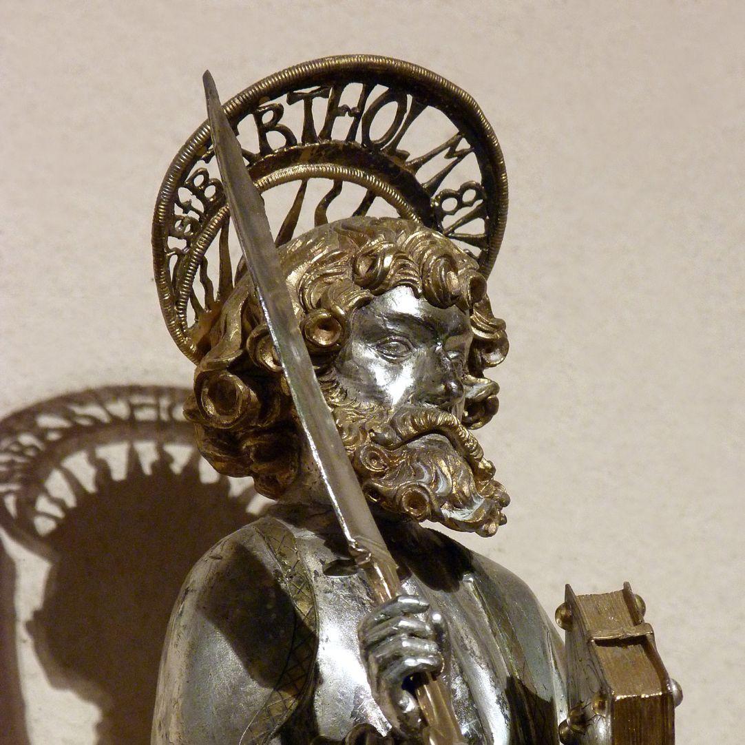 St. Bartholomäus Kopf mit Nimbus, Attribute