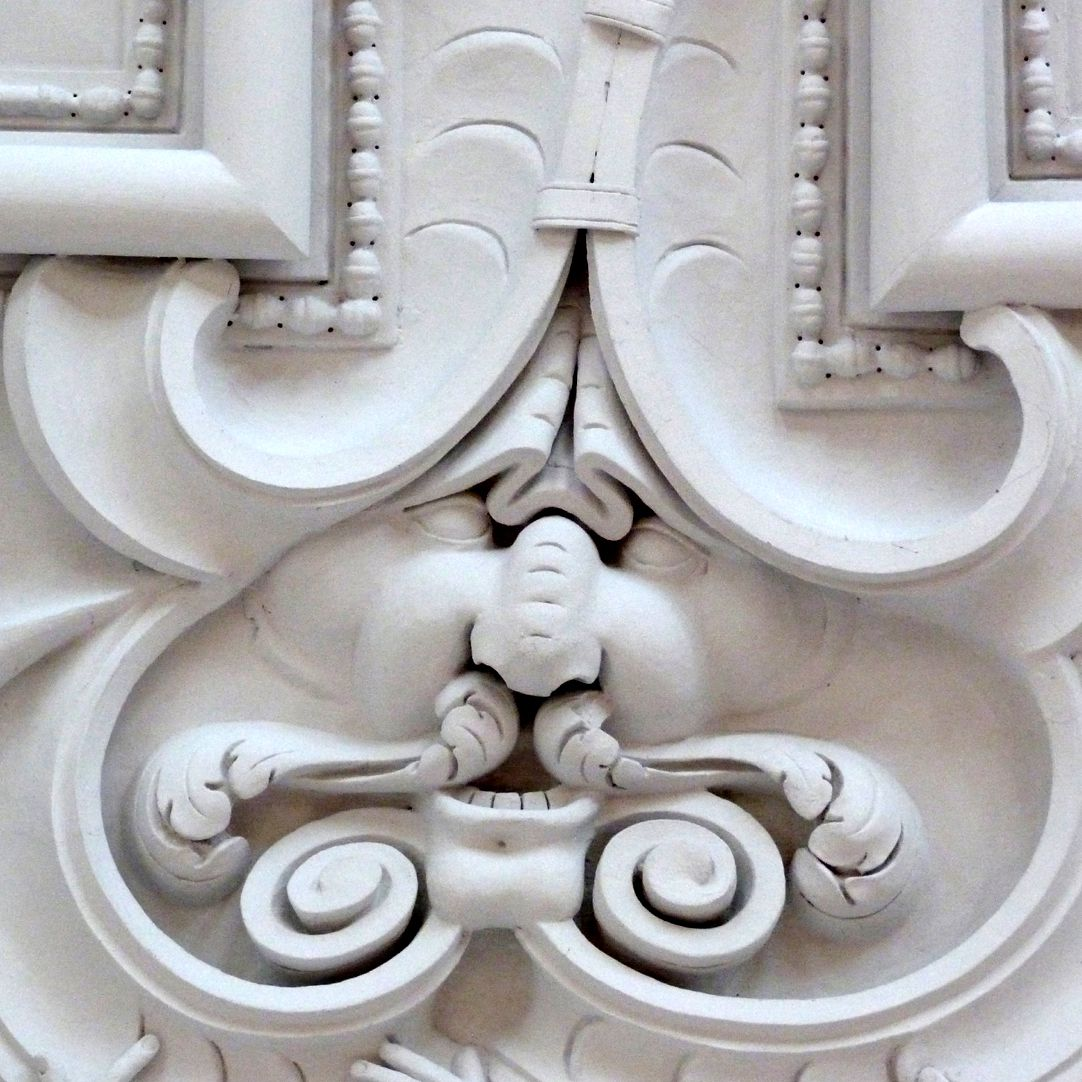 Stuckdecke im Baumeisterhaus Detail mit Stuckgesicht