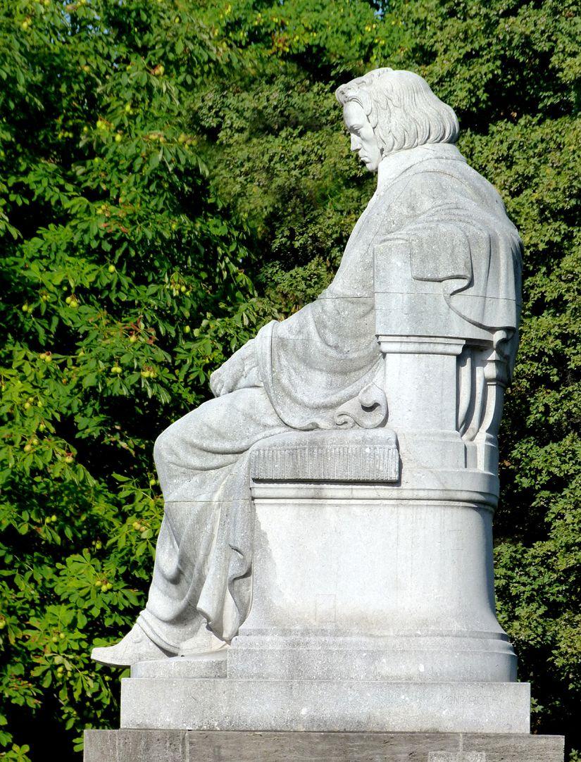 Beethovendenkmal Sitzfigur von Osten