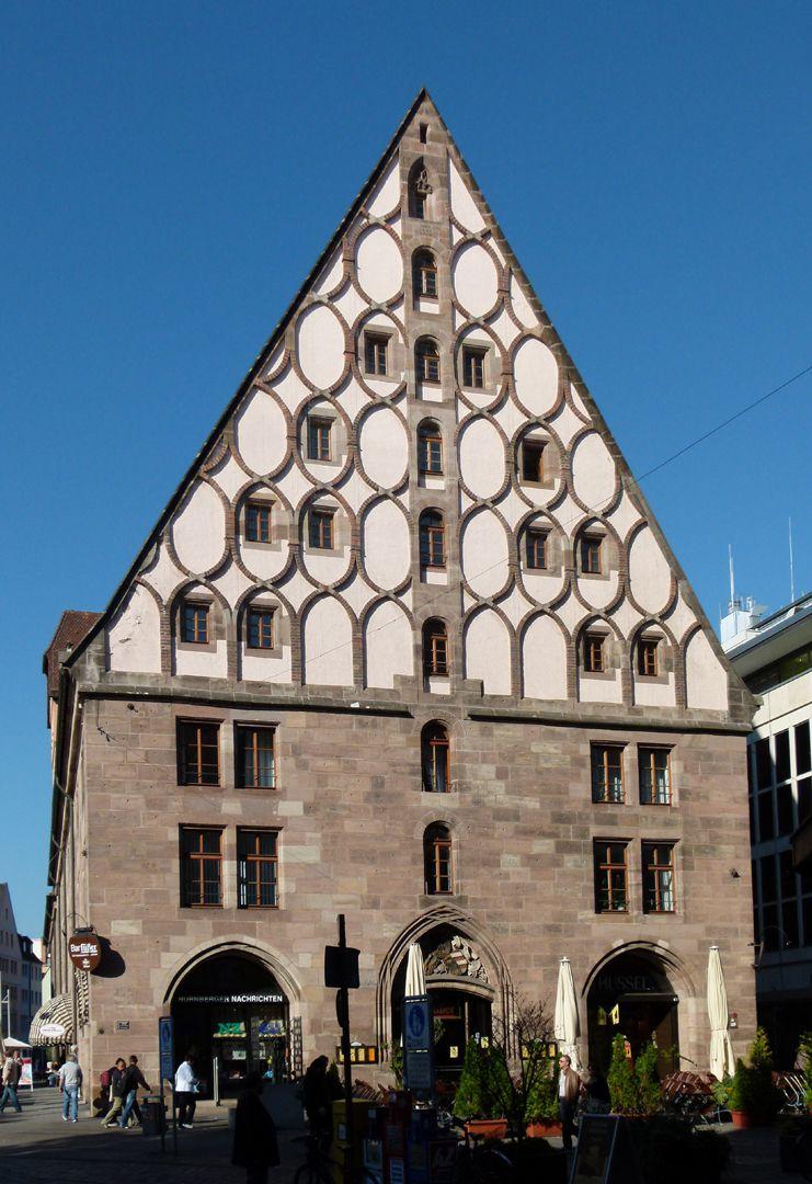 Mauthalle Giebelseite mit backsteinernem Maschwerk,  Erdgeschoss 1898 bis auf das mittlere Portal umgestaltet