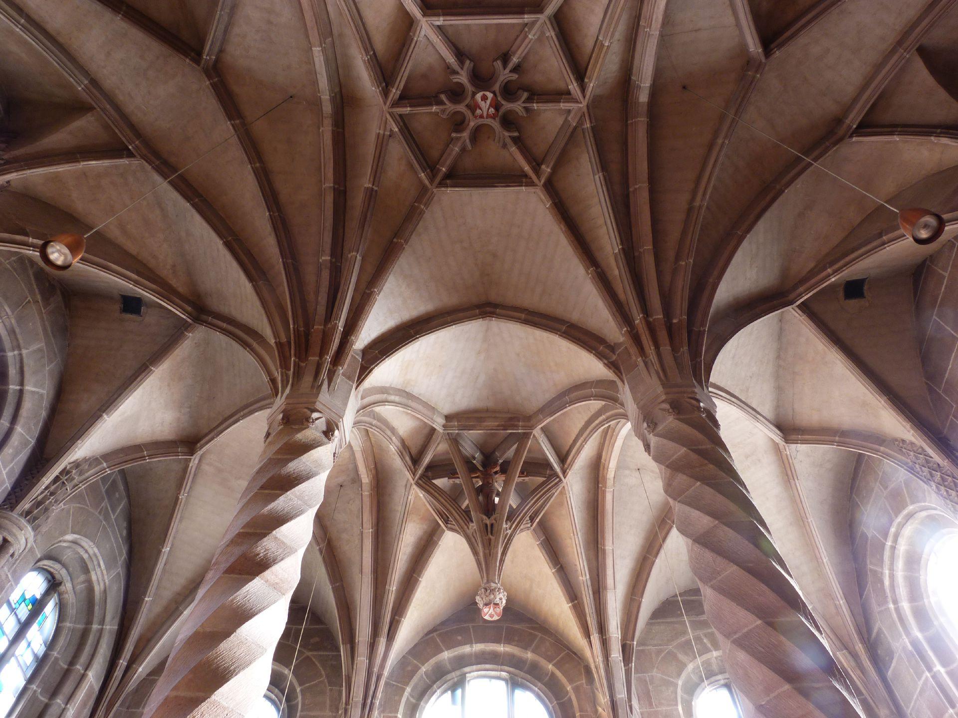 Landauersche Zwölfbrüderkapelle Blick in den sechsjochigen Raum mit gedrehten Pfeilern und Sterngewölbe