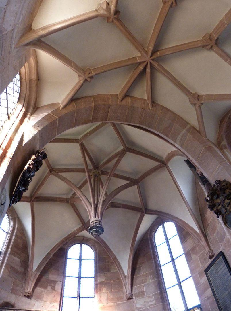 Holzschuher Kapelle Innenraum mit Chor- und  Rotundengewölbe samt hängendem Schlussstein