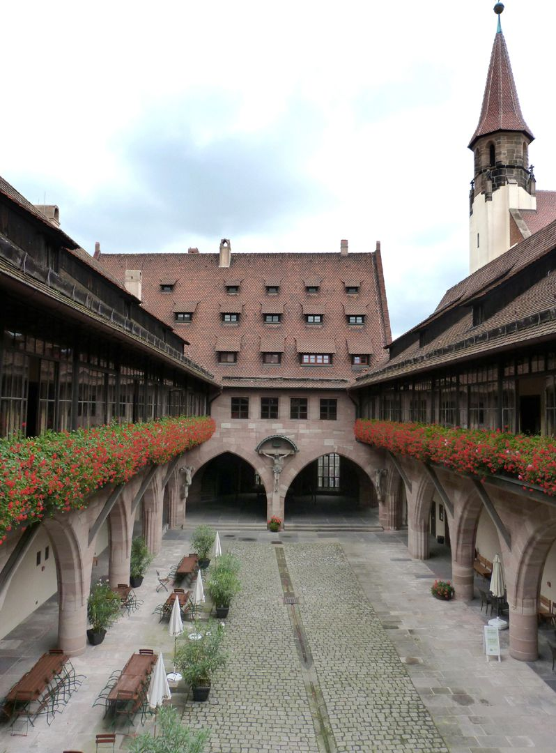 """Heilig-Geist-Spital Arkadenhof, seit 1904 wegen Überführung der Figurengruppe von Adam Kraft als """"Kreuzigungshof"""" bekannt, ursprünglich Wohnung der Pfründer - heute wie damals Altersheim."""