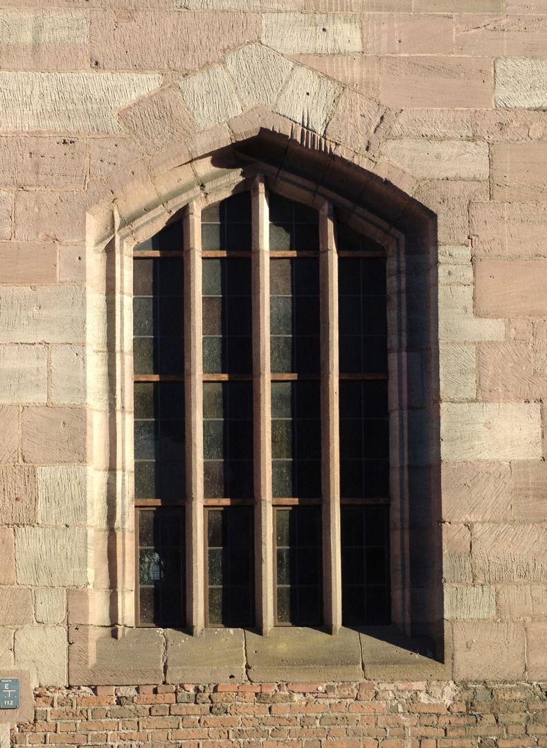 Heilig-Geist-Spital Nordfassade, Fenster mit eckigen Spitzbogen