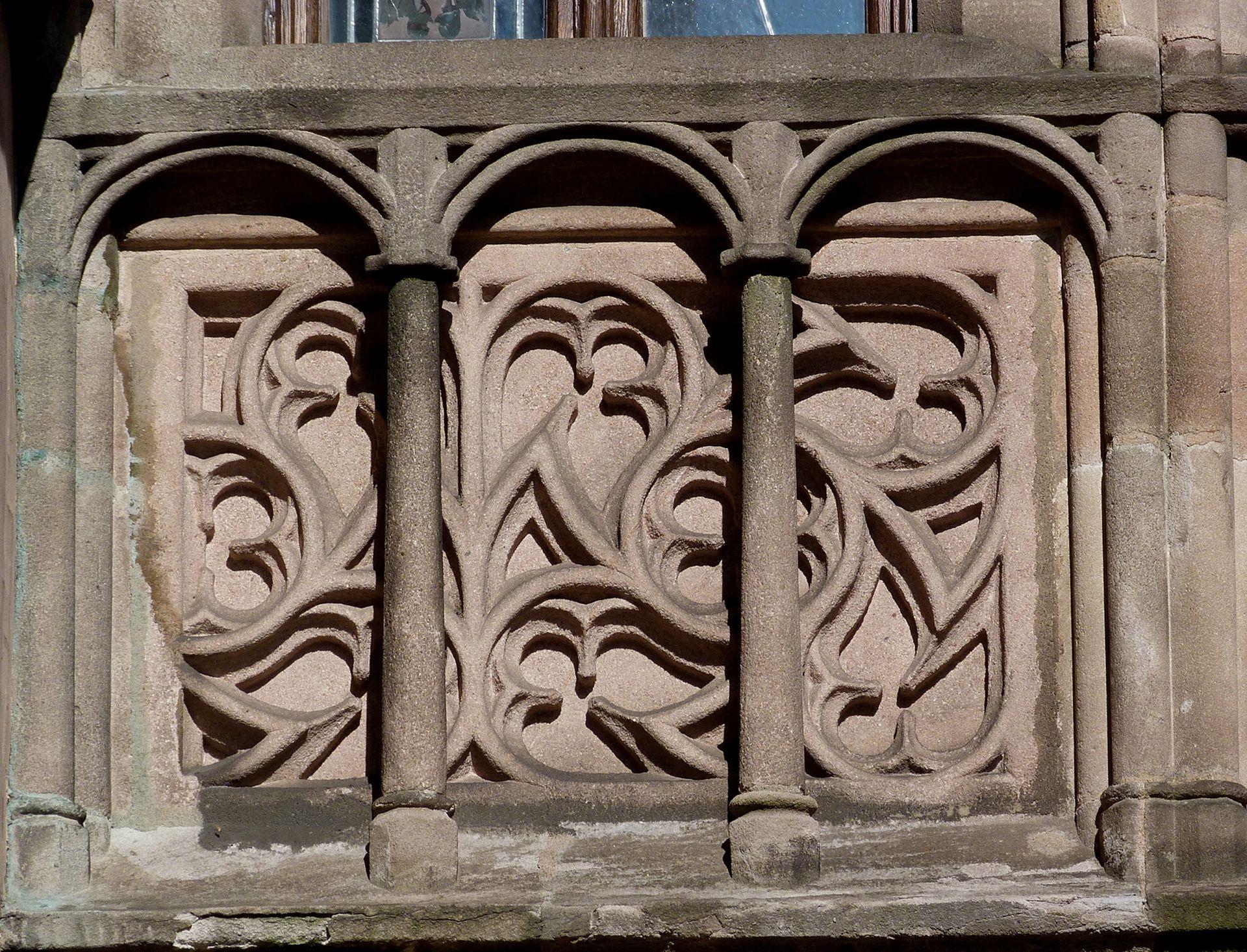Ratsstubenbau Fassade der Ratsstube, Südflanke, Detail einer Maßwerkbrüstung mit vorgestelltem Gitterwerk.