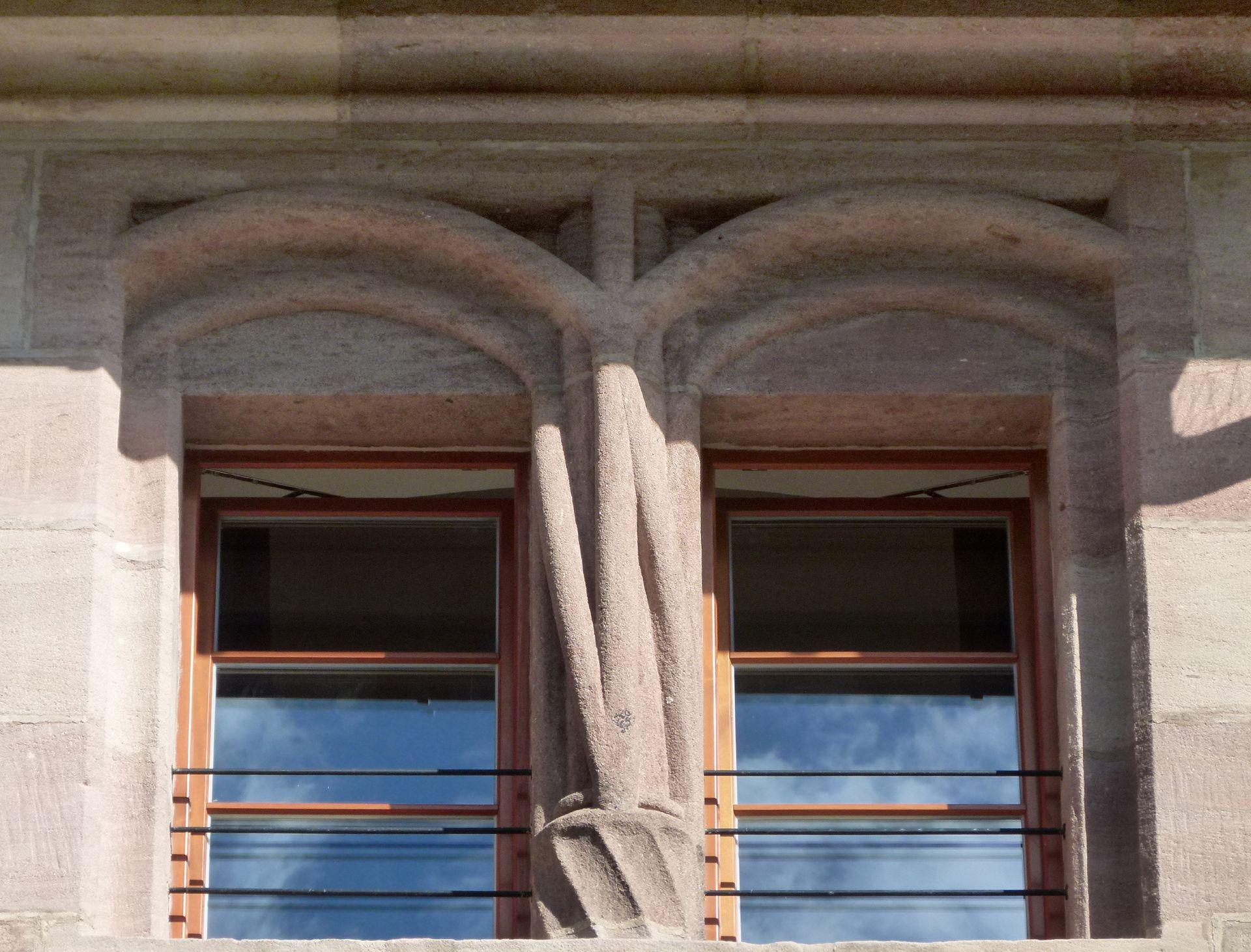 Kaiserstallung Südfassade, Detail eines Zwillingsfensters mit gedrehten Diensten.