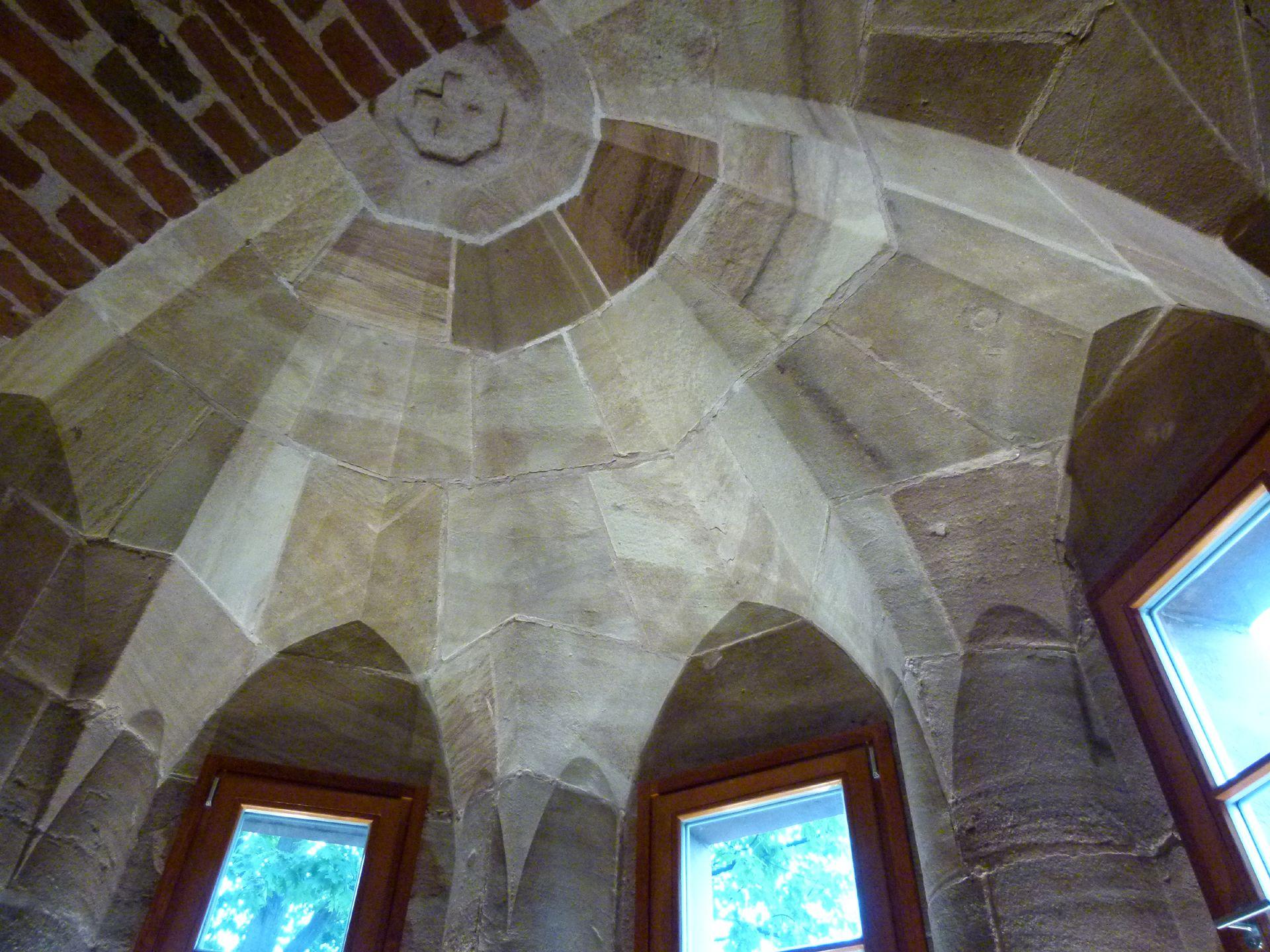 Kaiserstallung Erdgeschoss, Pseudogewölbe des dreieckigen, mehrgeschossigen Erkers an der Nordseite