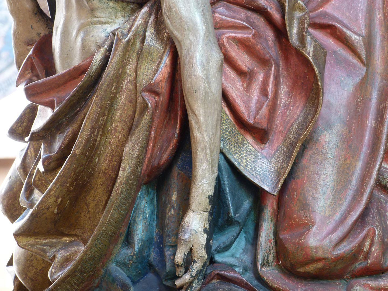 Große Pietà der in den goldenen Mantel Marias gehüllte Körper Jesu, das blaue Gewand Marias und das rote Gewand von Johannes