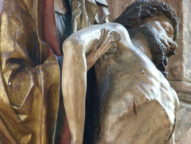 Große Pietà Maria hält den rechten Arm von Jesus