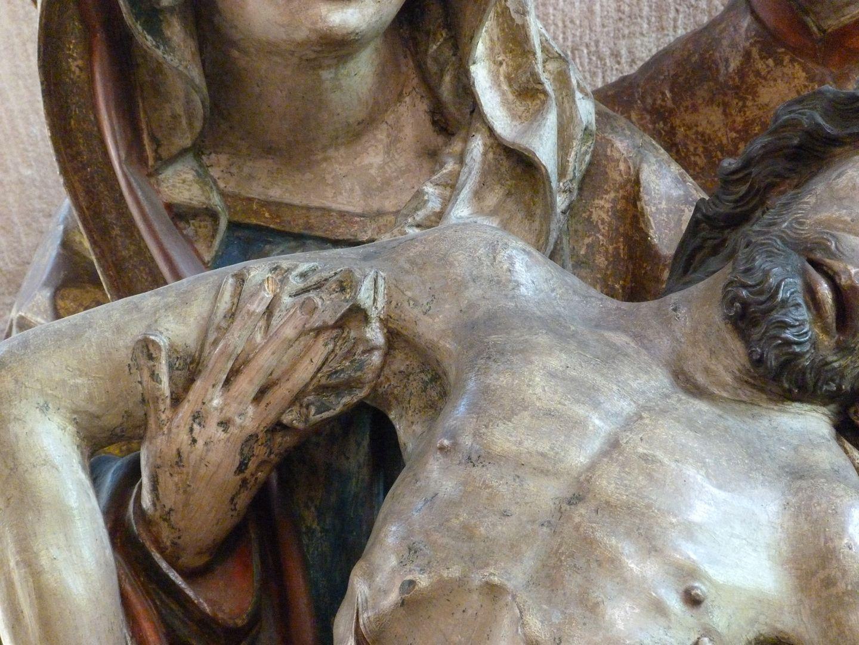 Große Pietà Maria hält Jesus, Detail